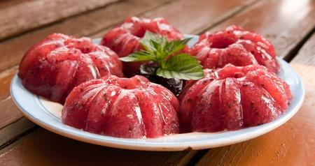 gelatina: Gelatina de frambuesa dulce en una mesa de madera con menta