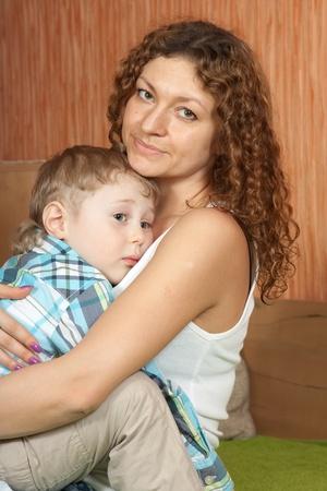 ni�os tristes: Madre consuela a su hijo