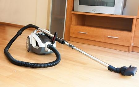servicio domestico: La limpieza de la aspiradora apartamento en el piso Foto de archivo