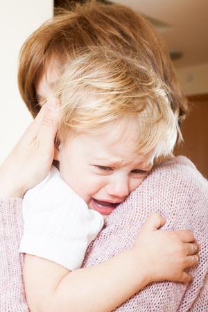 fille pleure: Maman exploitation pleurer enfant dans vos bras Banque d'images