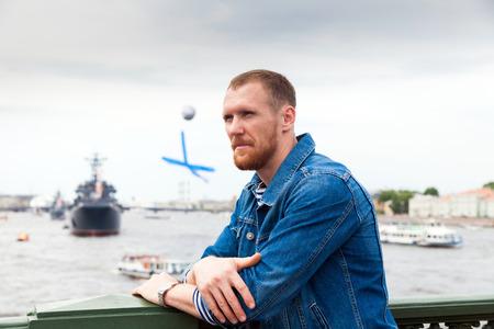 marinero: marinero en la línea de costa en San Petersburgo durante el desfile de la Armada