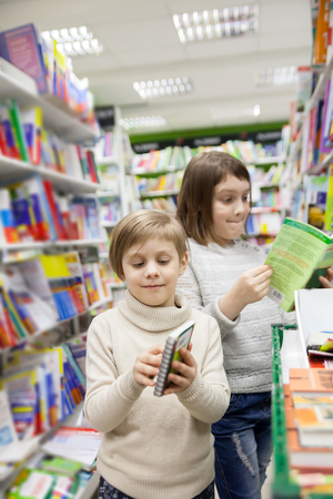 first graders choosing   books in   bookstore for school Stockfoto