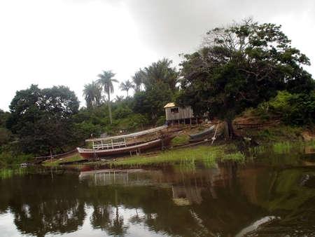 rio amazonas: una foto de una caba�a y un barco por el r�o Amazonas  Foto de archivo