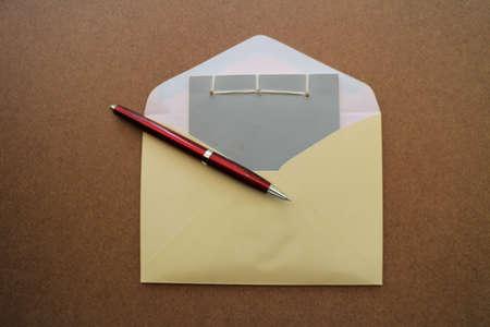 successes: Carta bianca con la penna sul tavolo di legno