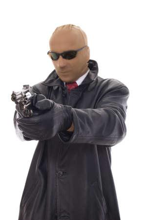 chaqueta de cuero: bandido enmascarado en la chaqueta de cuero con pistola