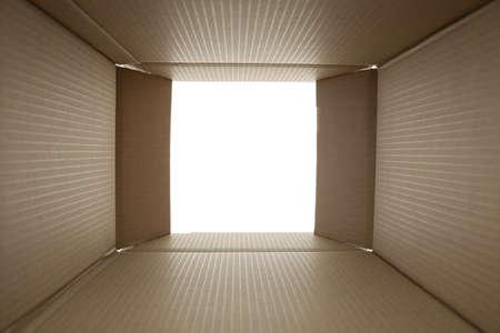 karton: otwarte pudełko kartonowe - zdjęcie wykonane z wnętrza