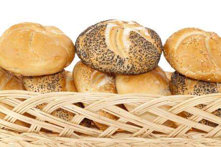 canasta de panes: crujiente de pan fresco en la cesta sobre fondo blanco Foto de archivo