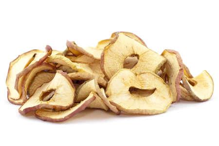 frutas secas: rodajas de manzanas secas en el fondo blanco Foto de archivo