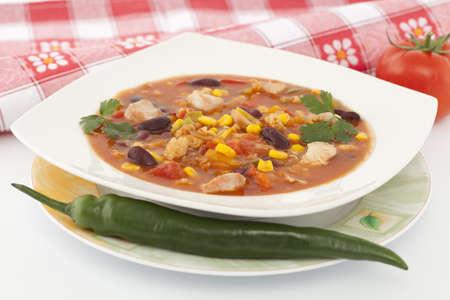 stark: kr�ftig w�rzig Mexikanische Suppe mit Gem�se auf Teller