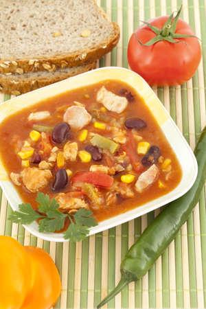 stark: kr�ftig w�rzig Mexikanische Suppe mit Gem�se in eine Sch�ssel geben Lizenzfreie Bilder