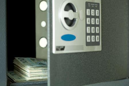 caja fuerte: Abra la caja fuerte, y en el centro centenar de dinero polaco
