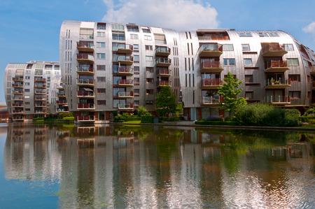 Den Bosch, Niederlande - 6. Juli 2013: Moderne Wohnanlagen in Den Bosch. Einzigartige Architektur Wohngebäude in einem neuen schönen Umgebung in der Nähe des Hauptbahnhofs.