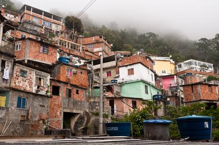 Rio de Janeiro, Brazilië - 18 oktober 2014: Fragiele woonconstructies van favela Vidigal in Rio de Janeiro. Na het installeren van Pacifying Police Units werd favela betere en veiliger plek om te leven.