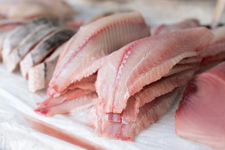 Filete de pescado fresco a la venta en el mercado Foto de archivo