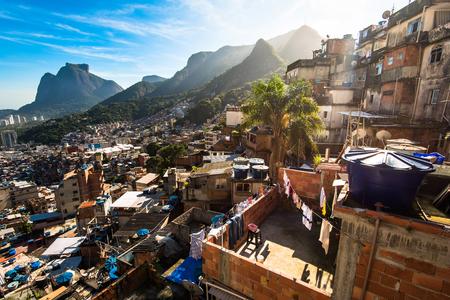 Rocinha is de grootste favela in Brazilië en heeft meer dan 70.000 inwoners en is gelegen in de stad Rio de Janeiro Stockfoto