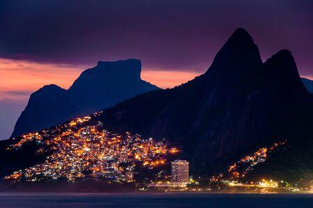 Lumières de Vidigal Favela à Rio de Janeiro, la nuit, avec des montagnes