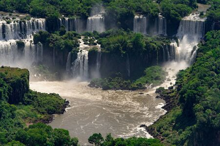 Luftaufnahme der Iguazu-Wasserfälle, eines der neuen 7 Naturwunder in Brasilien und Argentinien