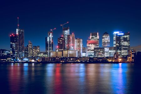 Night Time Skyline View of Modern Business District Canary Wharf in London Imagens