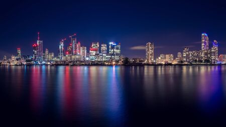 Night Time Skyline View of Modern Business District Canary Wharf in London Stockfoto