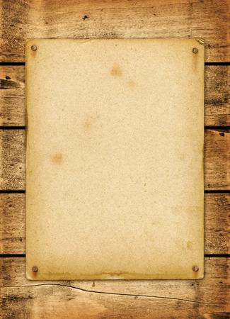 parchemin: Affiche vintage blanc cloué sur un panneau de planche de bois
