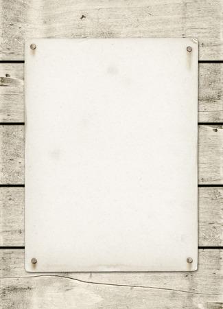 madera: Cartel blanco de la vendimia clavado en un panel de tablero de madera blanca Foto de archivo