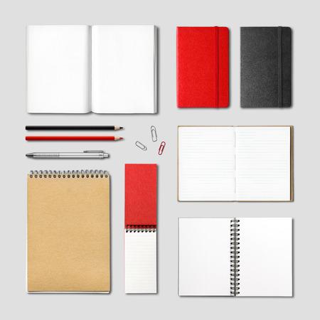 papírnictví: papírnictví knihy a sešity modelářem šablony izolovaných na šedém pozadí