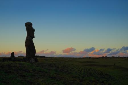 rapanui: Moai estatua ahu akapu al atardecer, la isla de pascua, Chile