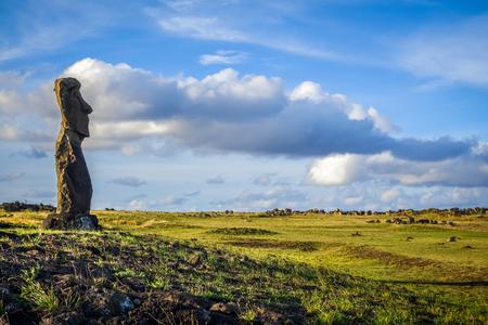 rapanui: Estatua de Moai, ahu akapu, isla de pascua, Chile Foto de archivo