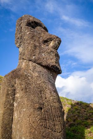 Estatua de Moai en el volcán Rano Raraku, isla de Pascua, Chile Foto de archivo