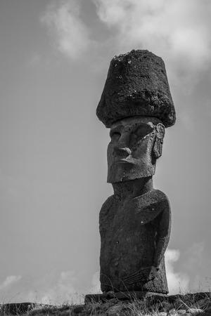 Las estatuas de Moais sitúan ahu Nao Nao en la playa de Anakena, isla de pascua, Chile. Foto en blanco y negro