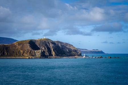 ニュージーランド ウェリントン市近くの崖の上の灯台