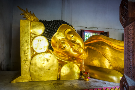 Gold Buddha statue in Wat Phra Singh temple, Chiang Mai, Thailand Imagens