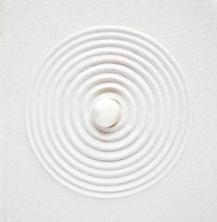 Pierre blanche dans le sable. Vue de dessus de fond de jardin japonais zen Banque d'images