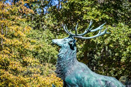 Bronze deer statue in Luxembourg Gardens, Paris, France Banque d'images - 142849921