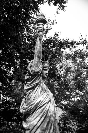 The statue of liberty in Luxembourg Gardens, Paris, France Banque d'images - 142837823
