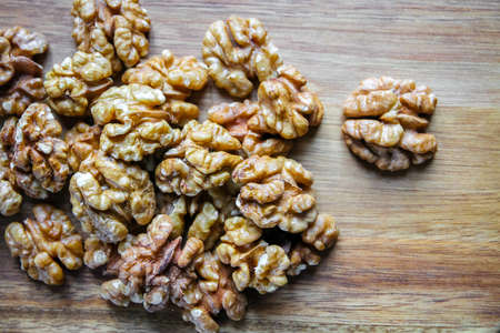 Walnut kernels on a wooden cutting board. Top view Standard-Bild