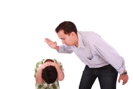 disciplina: Papá regaños a su hijo, el padre con el hijo aislado en blanco