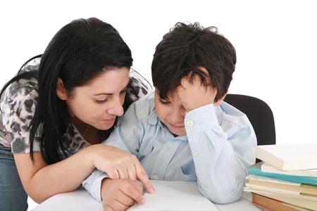 deberes: madre ayudando con los deberes a su hijo bajo techo