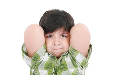 Close up portrait d'un enfant jeune garçon souriant, les bras derrière sa tête.