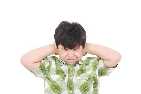 boca cerrada: Niño cerró los ojos y los oídos con las manos, aislado en blanco Foto de archivo