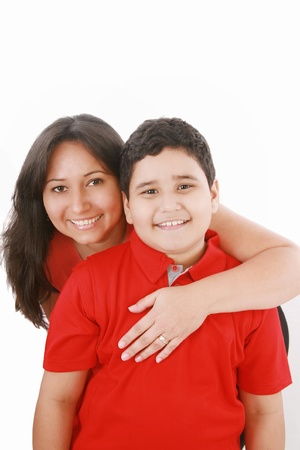 mamma e figlio: madre embarce suo figlio su sfondo bianco Archivio Fotografico