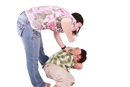 maltrato infantil: Mujer golpeando a un hijo que cringes, aislado en fondo blanco