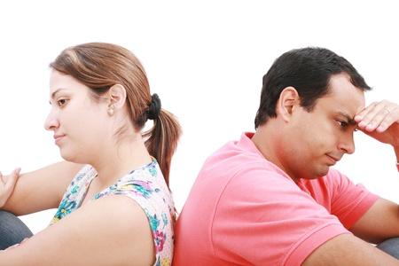 pareja enojada: Atribulada pareja joven aislado en blanco.