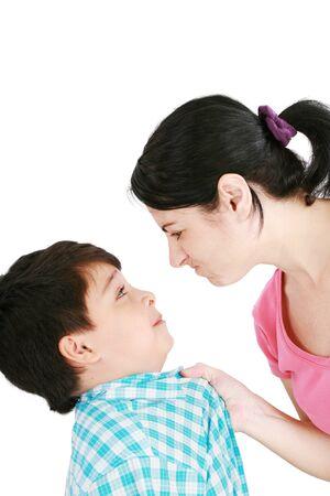 falta de respeto: Chico se enfrenta a su madre sobre fondo blanco Foto de archivo