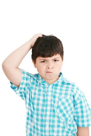 puzzelen: Boy krassen zijn hoofd in verwarring of verwarring, alsof nadenkend een diepe vraag over een witte achtergrond