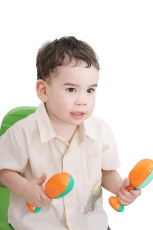 pandero: niño con las maracas, aislados en blanco Foto de archivo