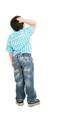bambini pensierosi: Un ritratto di un ragazzo di moda pensieroso piccolo, isolato su sfondo bianco