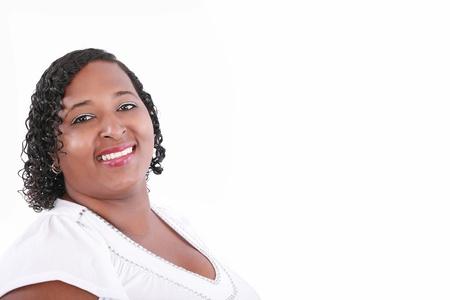 obesidad: Close up de modelo de tama�o negro m�s sonriente, copyspace en blanco