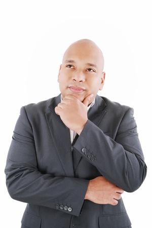 persona confundida: Retrato de guapo hombre de negocios joven pensativo aislado sobre fondo blanco Foto de archivo