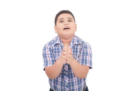 niño llorando: Sorprendido niño de 10 años de edad, tratando de defenderse a sí mismo aislado en blanco Foto de archivo